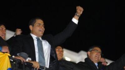 El presidente de Ecuador, Rafael Correa, de dirige a sus partidarios des...