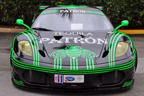 Y como no hay carreras de autos sin patrocinadores, este Ferrari F430 br...