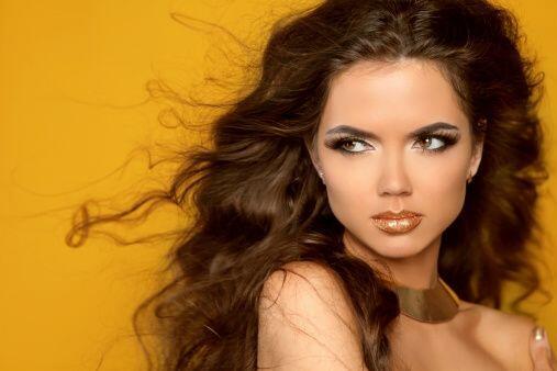 Piel dorada, labios seductores, intensos ojos oscuros y finas facciones...