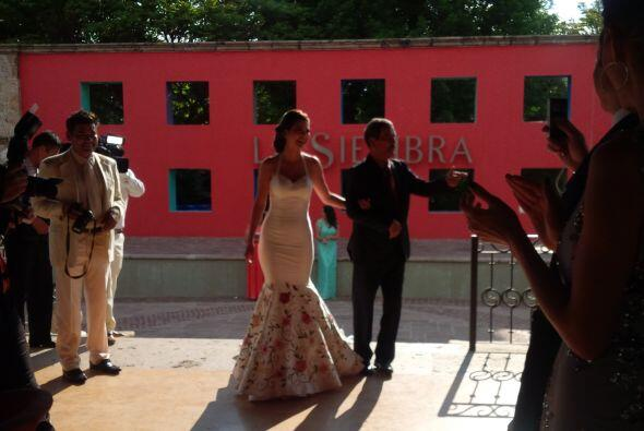 Aquí la novia al momento de llegar a la ceremonia acompañada por su padr...