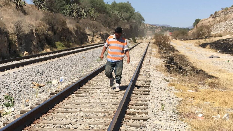 Inmigrante esperando al tren que viaja rumbo a Estados Unidos