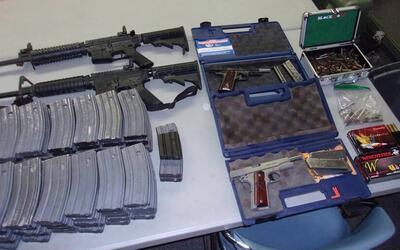 Dos rifles semiautomáticos, dos pistolas y 90 cartuchos de munici...