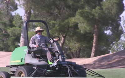 Trabajadores de un campo de golf desafían la ola de calor en Arizona