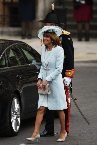 La madre de la novia, Carole Middleton llegó sonriente a la Abadía de We...