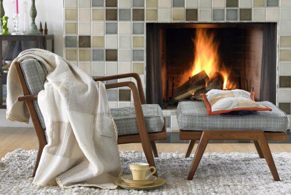 Incluyen el cálido fuego de una chimenea, un sofá con varias mantas teji...