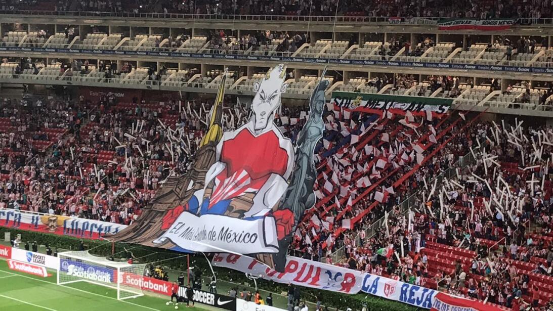 El colorido de la fiesta de Chivas de Guadalajara contra New York Red Bu...