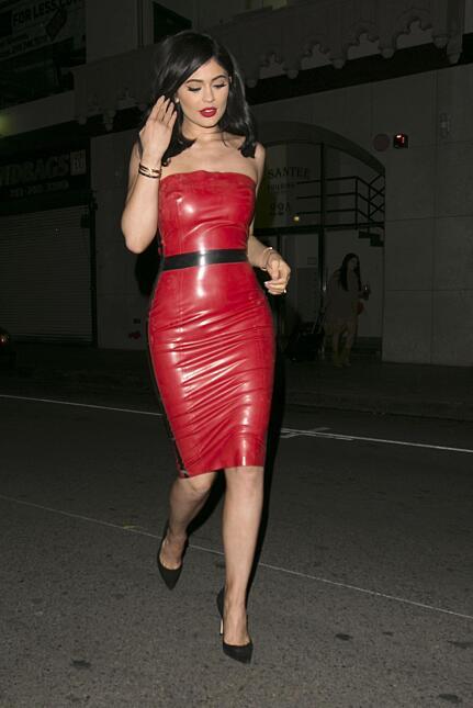 La famosa deja un estudio de Los Angeles envuelta en un sexy atuendo rojo.