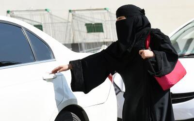Una mujer saudí se sube a un automóvil en Riyadh, Arabia S...