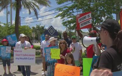 Protestas frente a la oficina del senador Marcos Rubio por los recortes...
