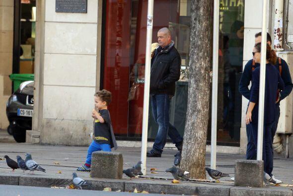 El pequeño estaba encantado correteando a los pichones.