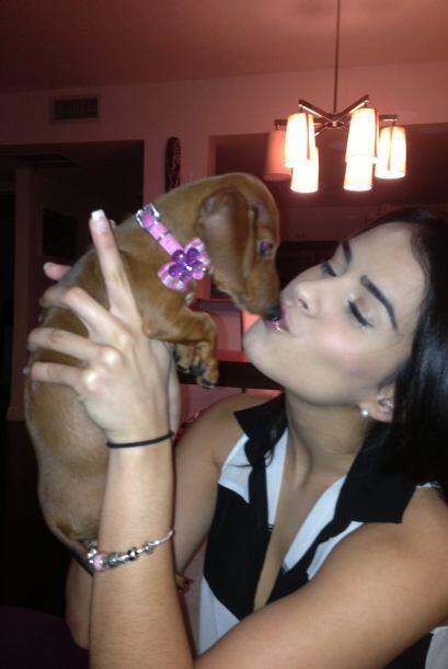 Tanto es el amor de Vanessa que se la vive tomándose fotos con su perrit...