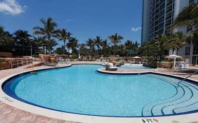 Vista general de la piscina del complejo del Trump Palace en Sunny Isles...