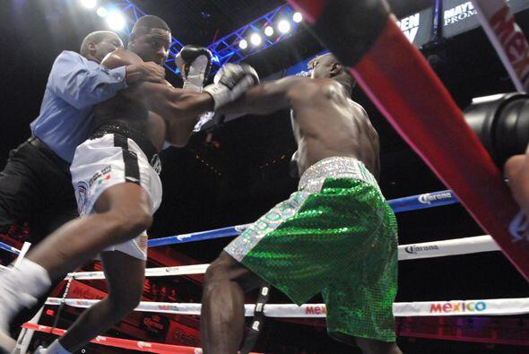 El referí Robert Byrd se lanzó a parar la pelea ante la fata de respuest...