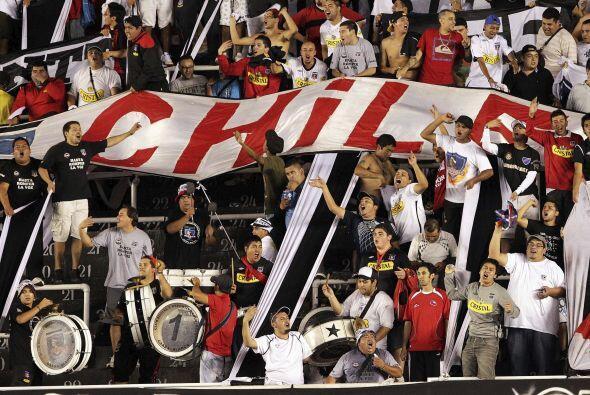 Hinchas del club chileno se fueron al estadio Vila Belmiro del puerto br...