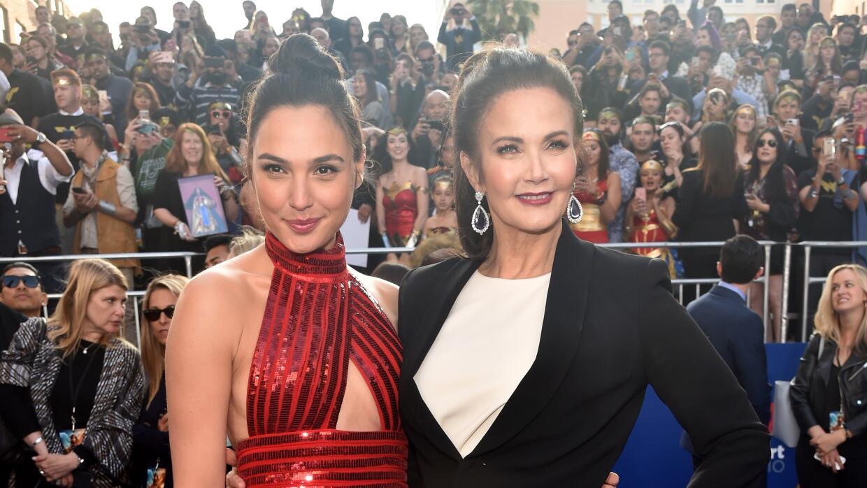 La actriz Gal Gadot y Lynda Carter en el estreno de la Mujer Maravilla e...