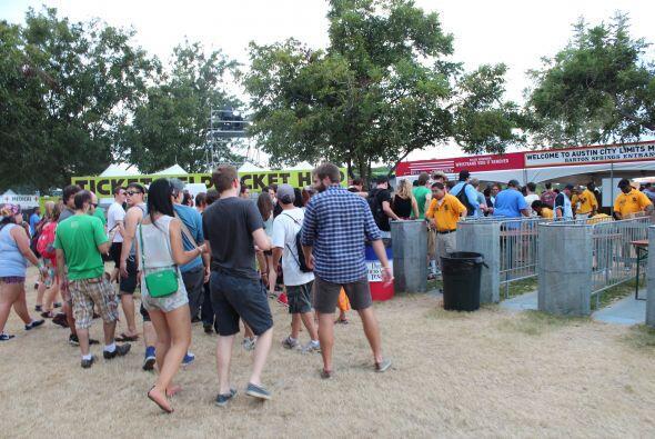 Miles de fanáticos abarrotaron el parque Zilker en el centro de Austin,...