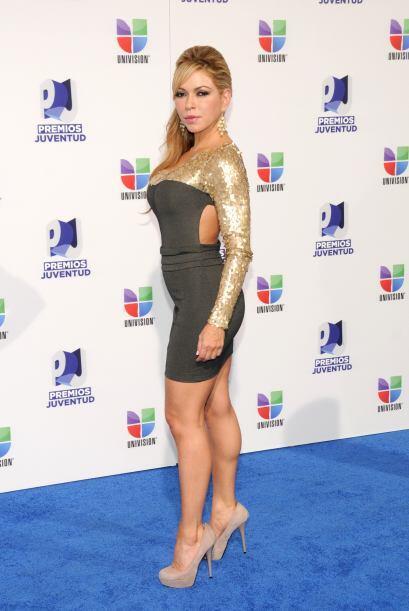 Claudia Molina sí que perdió el estilo. Este modelito en dorado y gris e...
