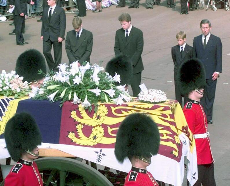Sus hijos, William y Harry caminaron tras el ataúd que permaneció cerrad...