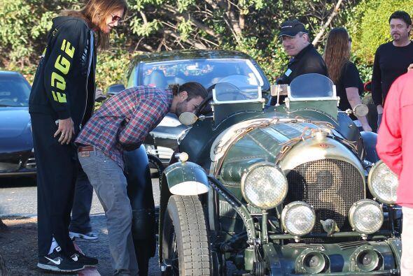 Bruce y Brandon apreciando otros vehículos.