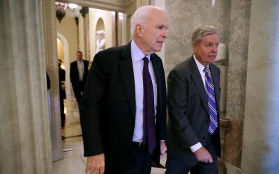 Los senadores republicanos John McCain, por Arizona y Lindsey Graham, po...