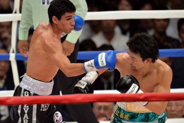 Mediada la pelea Shinsuke comenzó a apretar y el mexicano tuvo más dific...