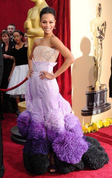 ¡Qué onda con los pompones de la cola del vestido de Zoe Saldaña! Sin lu...