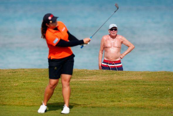 Paradise Island, Bahamas - 05 de febrero: Un bañista observa mientras Ar...