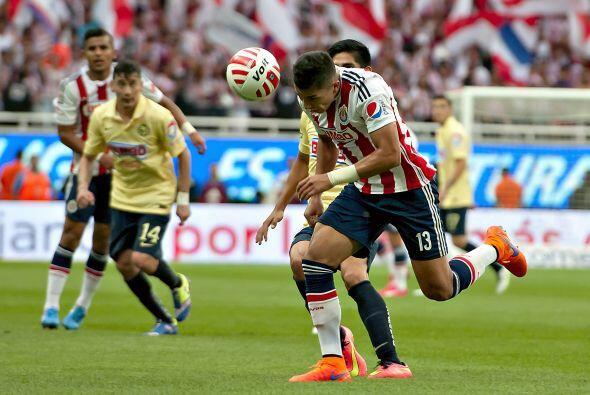13.- Carlos Salcedo: El zaguero tapatío tuvo un partido discreto y corto...