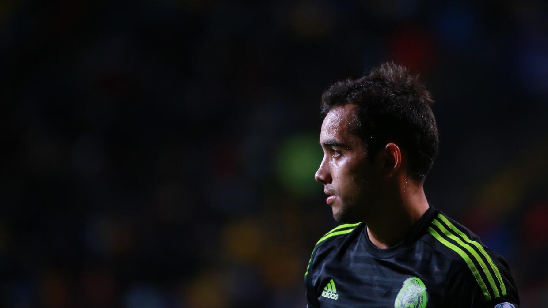 El jugador mexicano sufrió un esguince de primer grado tras el du...