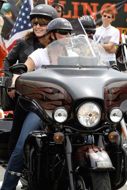 La gira de Palin empezó  subida a lomos de una motocicleta y vistiendo l...