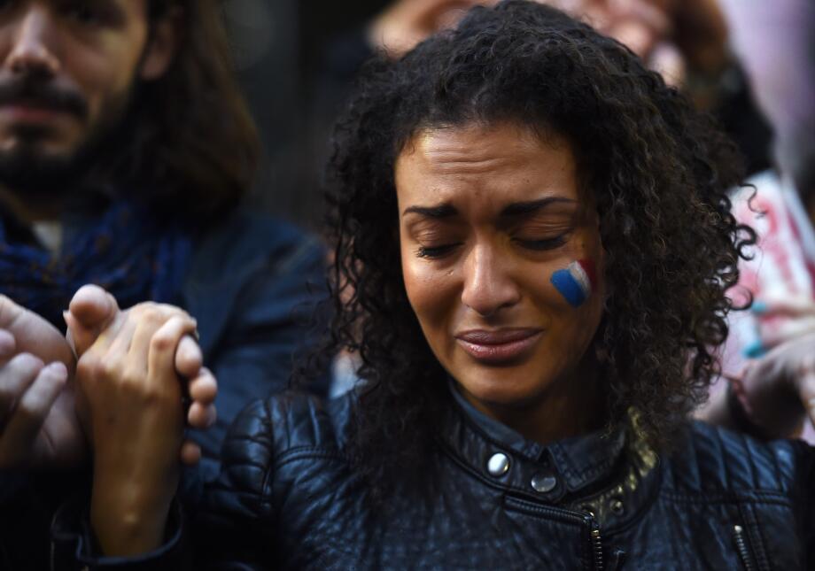 Una mujer llora en una vigilia realizada en Sídney, Australia