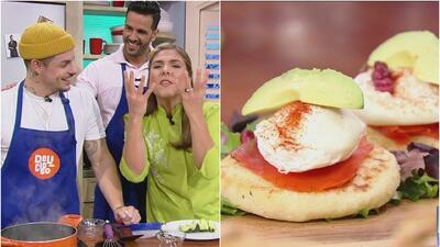 Como todo un chef profesional, Casper Smart preparó unas deliciosas 'Tostadas de aguacate con huevo y queso'