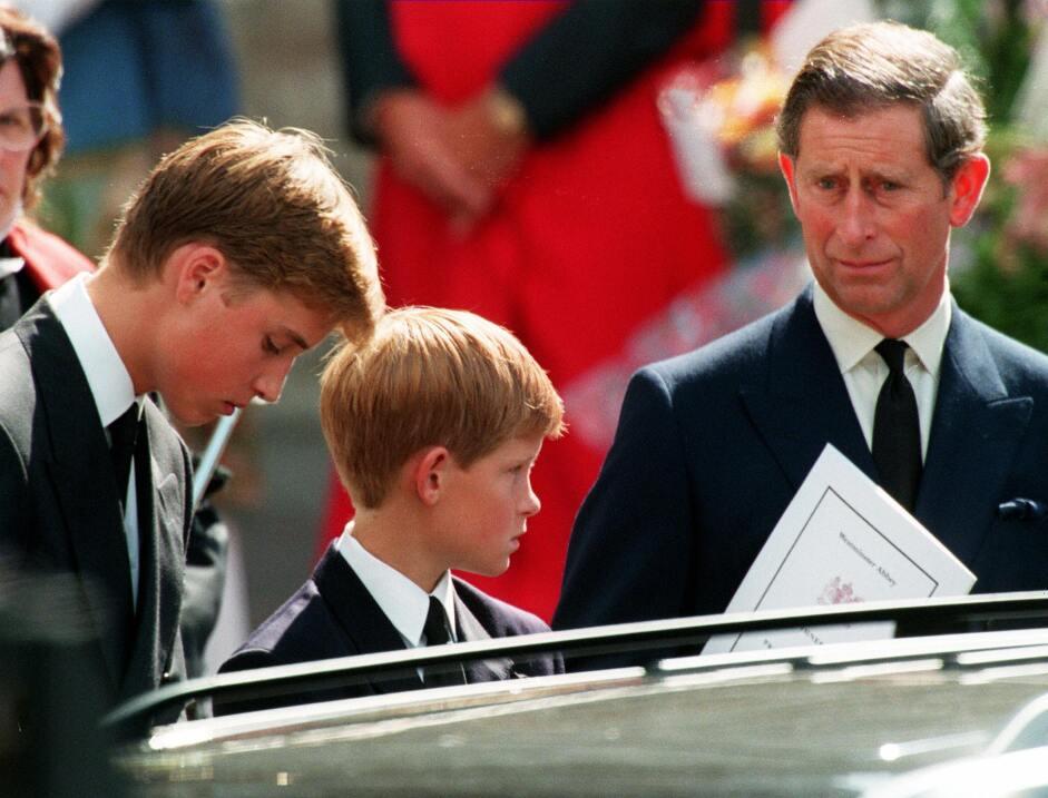 El Príncipe William, su hermano Harry y su padre el Príncipe Carlos desp...