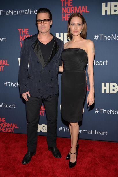 """La pareja posó junta en la alfombra roja, sin notar el """"pequeño"""" desastr..."""