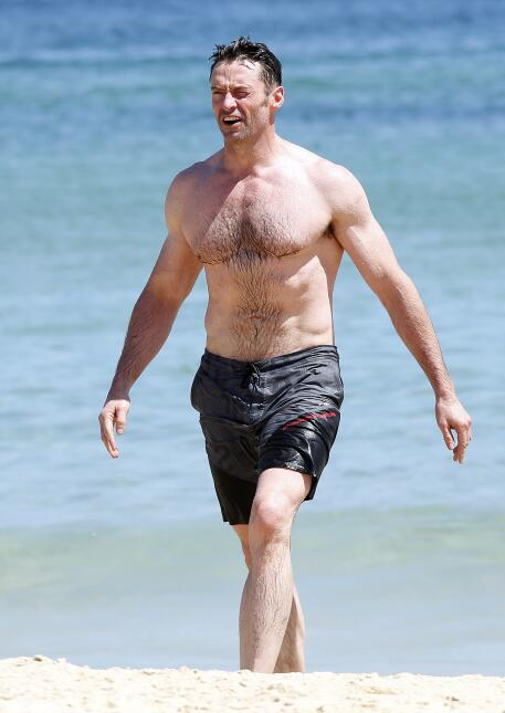 Hugh Jackman nadando en el mar