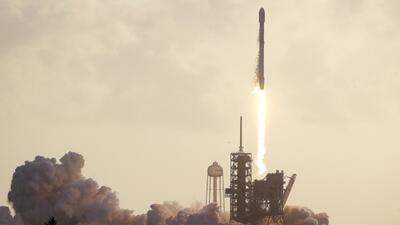El momento en que SpaceX lanza su satélite espía para una agencia de int...