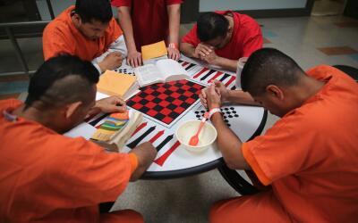Inmigrantes detenidos en centro de ICE.