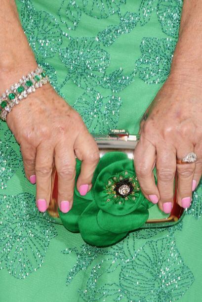 La actriz Helen Mirren prefirió combinar su vestido verde esmeralda con...