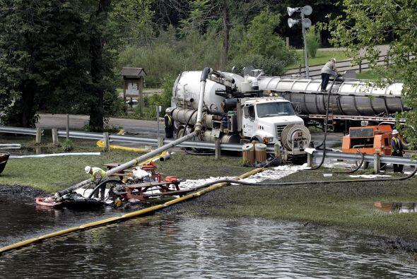 Unos 784 millones de litros (207 millones de galones) de petróleo se der...