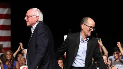 Bernie Sanders y Tom Pérez el miércoles en el James L Knight Center de M...