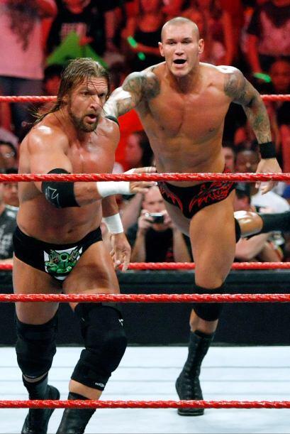 Randy Orton es una de las piezas más peligrosas de RAW. En varias...