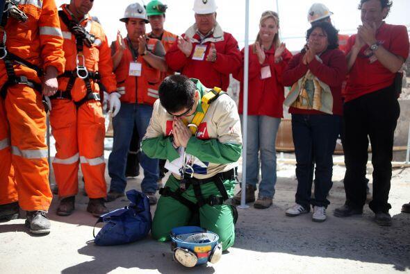 El minero Esteban Rojas salió de la mina San José con una...