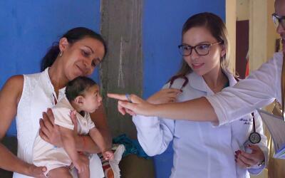 Rafaelito recibe visitas periódicas de sus médicos.
