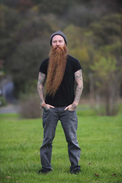 Su barba ha crecido sin ser afeitada y con los cuidados necesarios.