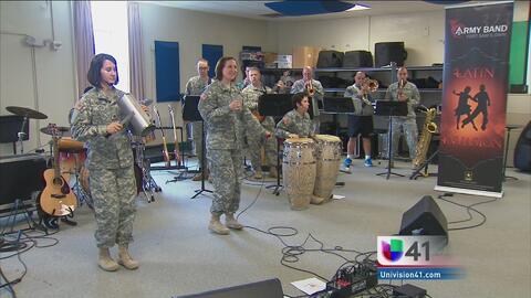 Asisten a la comunidad latina con música