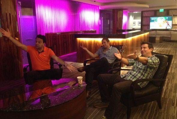 Omar, El Dasa e Ysaac viendo el mundial, gritandole a la pantalla.