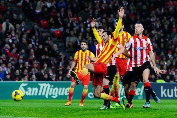 Llegada con cierto peligro para Barcelona y Sergio Busquets no alcanzó a...