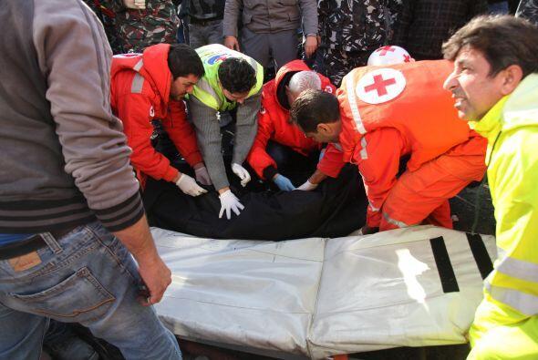 La televisión libanesa mostró a trabajadores médicos subiendo a los heri...