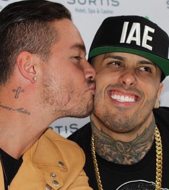 Y tanto le gusta dar besos que ni Nicky Jam se escapó de estas muestras...