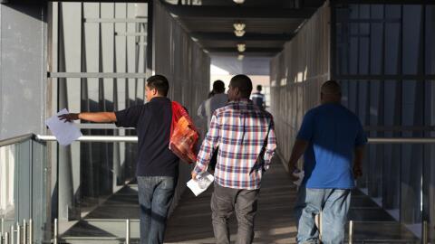 Un grupo de hombres son deportados a México desde Estados Unidos
